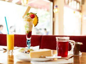 Café 21 – Eisbecher und Orangensaft