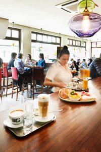 Café 21 – Kellnerin am Servieren